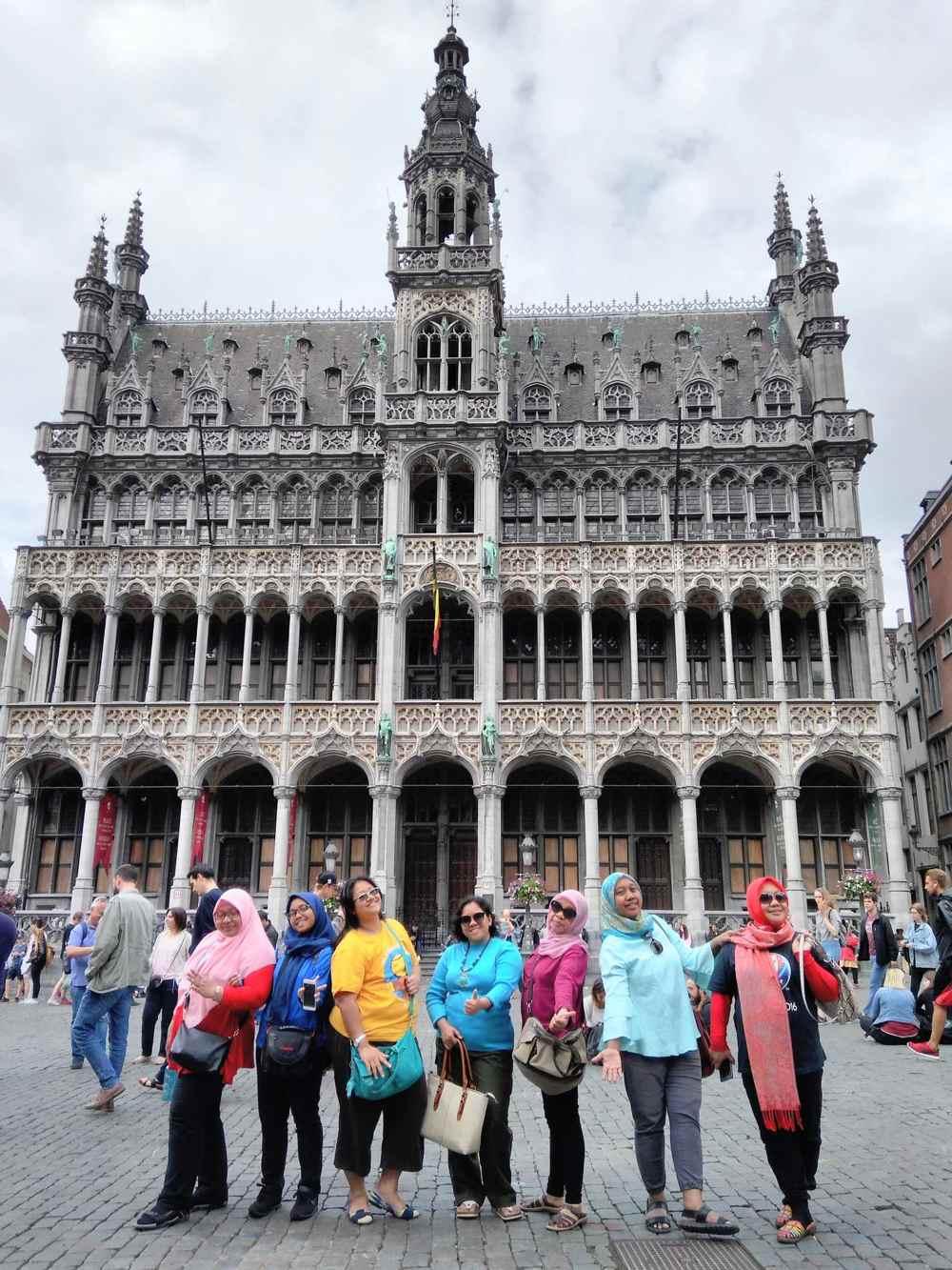 Hotel de ville brussels tour for muslim women ilimtour for Bruxelles piscine