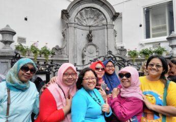 Muslim Women European travel Maneke Pis statue at Brussels